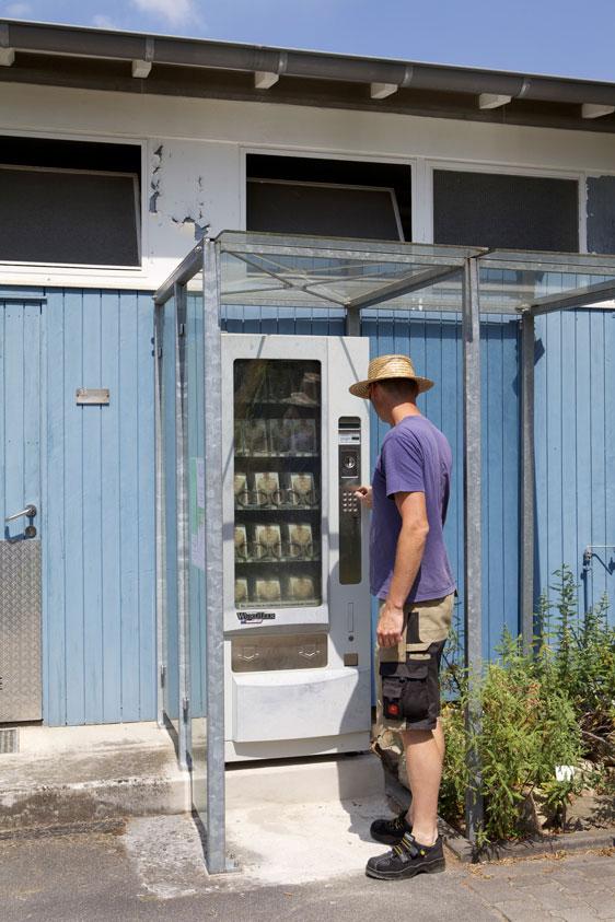 automatic-army-kaeufer-an-postkartenautomaten