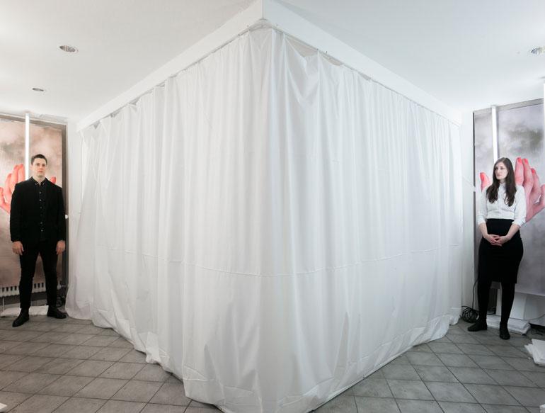 ctrl-cmd-vorhang-tuersteher-banner-licht-symmetrie
