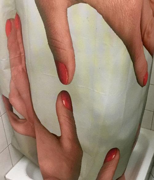 soft-touch-greifende-haende-auf-duschvorhang