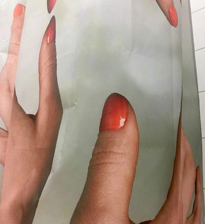 soft-touch-haende-greifen-duschvorhang